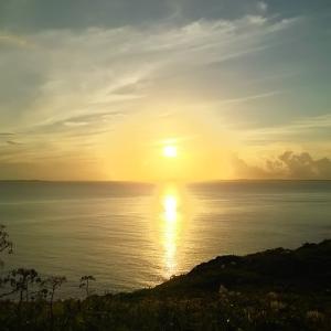 みんなで朝日をみて、シュノーケルで流されかけ仲間に救助される(沖縄の宮古諸島の伊良部島)