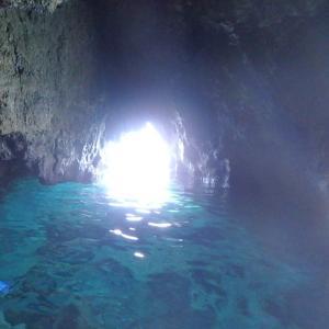 伊良部島の青の洞窟に浜辺からシュノーケルで泳いでいく宿のツアー(沖縄離島の宮古諸島の伊良部島)