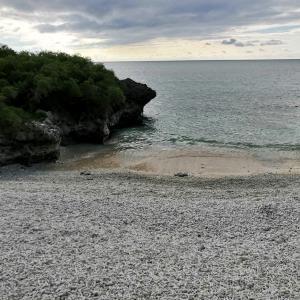 珊瑚の浜と最南端の碑(沖縄離島の八重山諸島の波照間島)