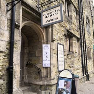 トゥルーロ大聖堂とクラシカルな老舗のシャーロッツ・ティーハウス(イギリスのコーンウォール)