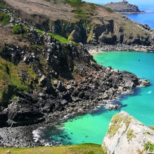 人魚の伝説があり、人魚の入り江があるゼナー村と海岸線と巨石(イギリスのコーンウォール)