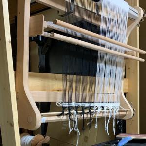 久しぶりに織り始めました。