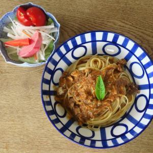 休日パスタは大盛りで いわしのバジルトマトソーススパゲティにジェノベーゼ