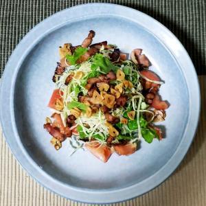 おひとりさまニンニクチップとベーコンの元気サラダ 粒マスタードドレッシング