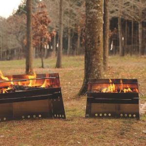 我が家で愛用している焚き火調理の頼れるパートナー、ユニフレームの「薪グリル」をご紹介します。