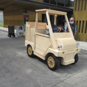 尾鷲市・熊野古道センター 『 尾鷲ヒノキの電気自動車 』