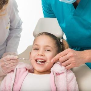 歯医者の付き添いって何歳まで行くべき?いつまで親が必要なの?