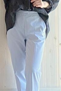 キレイ目水色パンツコーデで夏らしく大人らしく着る!