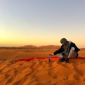 砂漠で日の出を見られた話。運転手さんに捨てられた話。