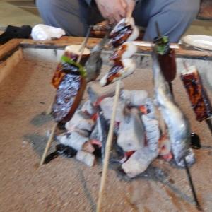 囲炉裏で焼く田楽を食べてその日の宿へ♪