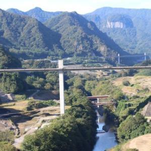 八ッ場大橋の真ん中から八ッ場ダムを眺める