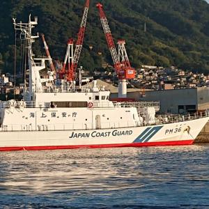 白い船艇に夕陽があたる