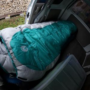 昼寝&車泊用の20年近く使っている3シーズン用シュラフしかもチャックは壊れて掛け布団状態冬は寒くて眠れないのでダウン着て防寒パンツ...