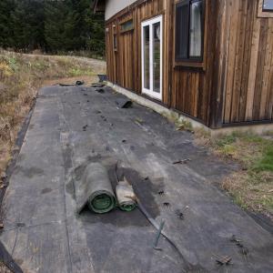 人工芝がボロボロになったので撤去。来春はリアル芝を張ろうかねぇ。