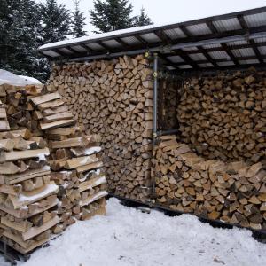 キャパオーバーしてる薪を空いた薪棚に移動。
