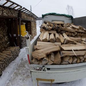 薪欲しい人がいたので軽トラに積んで空いた棚にまた別の薪を積むの図。で今日別荘らしき家に持って行ってビックリ電話で置く場所に車寄せれ...