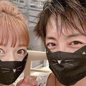 """辻希美、""""ネコマスク""""を着用した夫婦ショット公開「めちゃくちゃ可愛い」"""