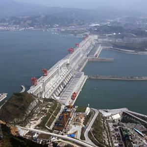 中国・三峡ダム:決壊への懸念が高まる、24の省で大規模な洪水…水利部次官「洪水が、今年のブラックスワン(予想外の出来事)に」