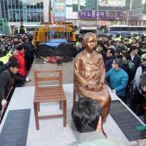 【米国】ワシントンの日本大使館前で慰安婦像公開 韓国系団体「日本は公式に慰安婦に謝罪し、被害者に償うべきだ」