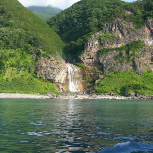 海から見たカムイワッカの滝・乙女の涙・プユニ岬。知床観光船おーろら号に乗ろう
