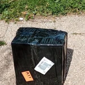 すわ、爆発物か!?黒ずくめの箱が届いた!!@イタリア
