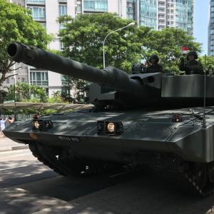 赤い服でナショナルデーの戦車を見てきた‼︎