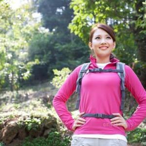 かっこいい女性は登山を楽しむ。