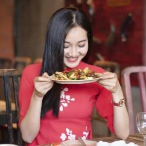かっこいい女性は即決でレストランで食べる物を決定する。