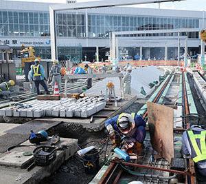 路面電車 南北でつながる 富山駅北でレール接続工事
