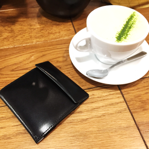 ローランド愛用の財布!abrAsus(アブラサス)とのコラボで話題の薄い財布とは?