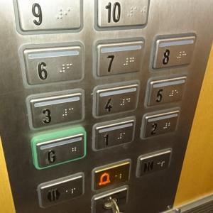 イギリス英語圏のエレベーターは大混乱!