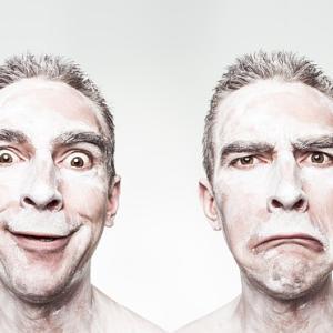 表情は感情を作り上げるという実験