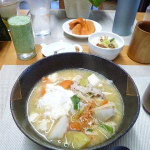 栄養満点の味噌煮込みうどんで朝ごはん♪子ども食堂に沢山のフルーツや野菜が・・