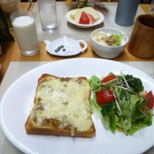 カレーピザトースト、野菜サラダで朝ごはん♪今日は子ども食堂の日
