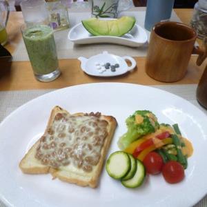 納豆ピザトースト、ズッキーニぬか漬けで朝ごはん♪昨日の子ども食堂のお弁当