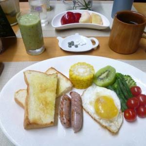 生絞りオリーブ油付きトースト、レモンバジルウインナ、目玉焼きで朝ごはん♪石黒たまご園の卵で・・