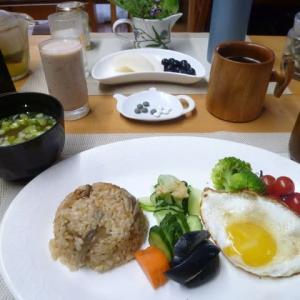 ホタテ舞茸ご飯、目玉焼き、ぬか漬けで朝ごはん♪初物の梨、美味しかったです。