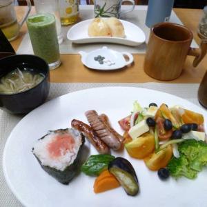明太子おにぎり、ぬか漬け、盛りたくさんの野菜サラダで朝ごはん♪太ももの筋肉を鍛えるには散歩が・・・