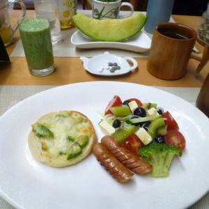 アボガドチーズマフィン、盛りたくさんお野菜サラダで朝ごはん♪今日は7時からアメニティスタッフ全員で草取り