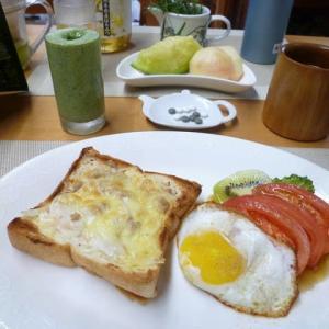 シーチキン&玉ねぎピザトースト、目玉焼きで朝ごはん♪石黒たまご園の卵はぷりぷりして美味しい~