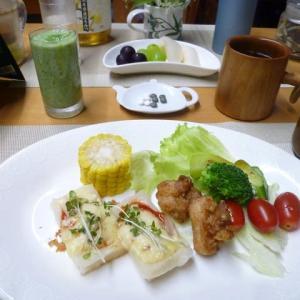 餅ピザ、鶏から揚げ、野菜サラダで朝ごはん♪