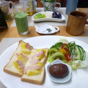 パインとハムのピザトースト、栗渋皮煮、野菜サラダで朝ごはん♪