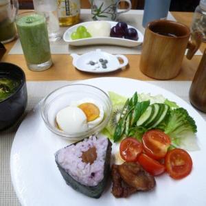 21種類雑穀米入り梅おにぎり、温泉卵で朝ごはん♪