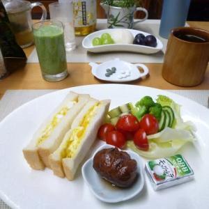 卵サンド、栗渋皮煮で朝ごはん♪野菜サラダのミニトマトが甘くて美味しいです。