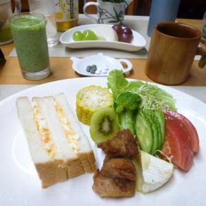 卵サンド、鶏から揚げ、野菜サラダで朝ごはん♪に志かわの美味しいパンで・・
