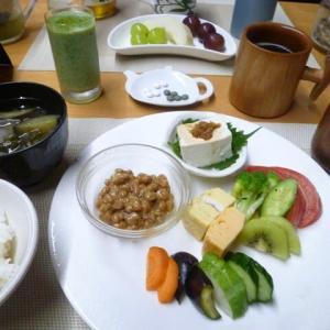 納豆、手作り豆腐、ぬか漬けで和食の朝ご飯♪ご飯は新米で、美味しかったです。