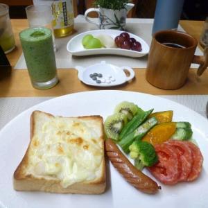 洋ナシピザトースト、盛りたくさんの野菜サラダで朝ごはん♪