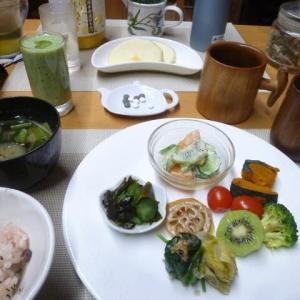 お赤飯、野菜中心の朝ご飯♪