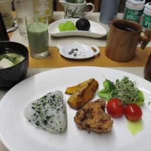 わかめおにぎり、鶏から揚げ、長野パープルで朝ごはん♪