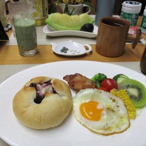 ブルーベリージャムパン、鶏から揚げ、目玉焼きで朝ごはん♪